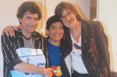 Diego Maradona junto a Joaquín Sabina y Charly García en los camarines del programa