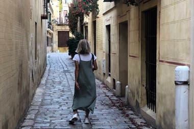 Sandy, paseando por las calles estrechas de Sevilla.