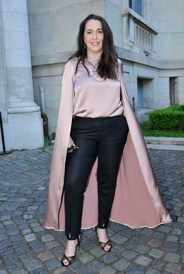 Narda Lepes, clásica y elegante con pantalón negro y una camisa rosa con capa