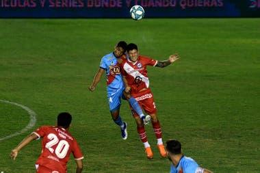 Alejo Antilef (Arsenal) disputa la pelota con Franco Ibarra (Argentinos) durante el partido entre ambos en Sarandí, que sirve como adelanto de la fecha 2 de la Copa Diego Armando Maradona.