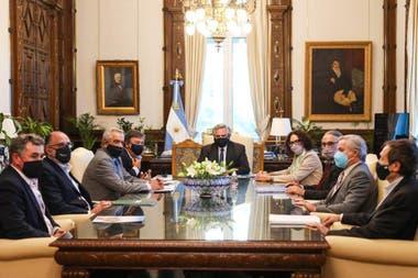 Del encuentro participaron, además, el canciller Felipe Solá, el ministro de Agricultura Luis Basterra, el secretario de Asuntos Estratégicos, Gustavo Béliz, y la vicejefa de Gabinete, Cecilia Todesca
