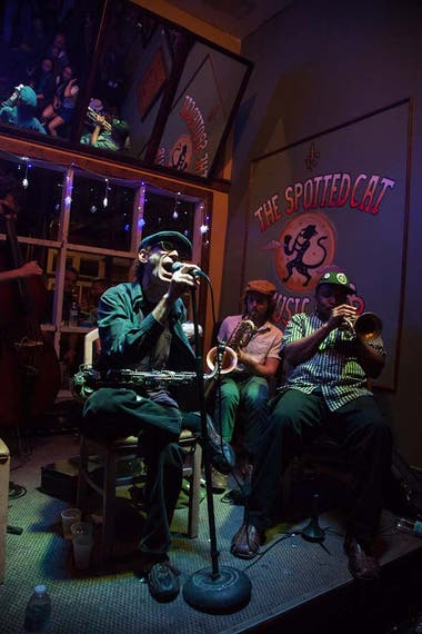 Noche de jazz en The Spotted Cat, club de jazz en Nueva Orleans.