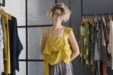 Su nombre se convirtió en etiqueta de una marca independiente clave de la nueva camada, trabaja prendas en tamaño único, prioriza la comodidad y el diseño