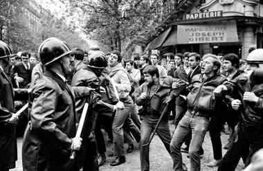 FUERZA CONJUNTA. Choques entre estudiantes y la policía en el boulevard Saint Michel