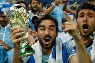 Los hinchas argentinos hinchan por Uruguay en el Mundial, unn fenómeno que jamás sucedería a la inversa.