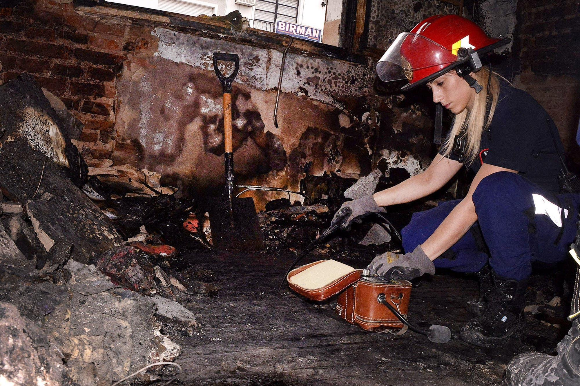 Detrás del fuego: qué buscan los peritos una vez que se apagan las llamas de los incendios