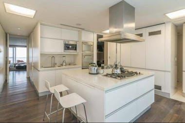 La cocina de este departamento, ubicado a metros del Parque Las Heras, tiene un diseño moderno