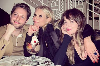 Gwyneth junto a Chris Martin y su actual novia, Dakota Johnson.