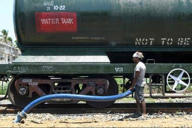 Un tren especial de 50 vagones, cargados con 2,5 millones de litros de agua, llegó hoy Chennai