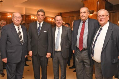 El ministro de la Corte Horacio Rosatti y Martín Etchevers, presidente de Adepa, con invitados
