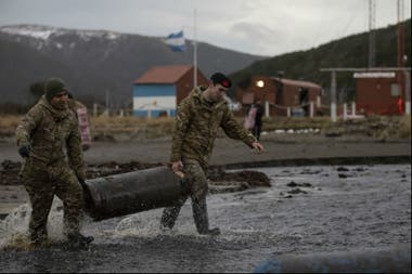 Militares trasladan el combustible