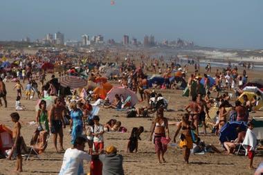 Las playas céntricas, las más concurridas tendrán un sistema de banderas rojas y verdes para indicar si ya está completa la capacidad permitida