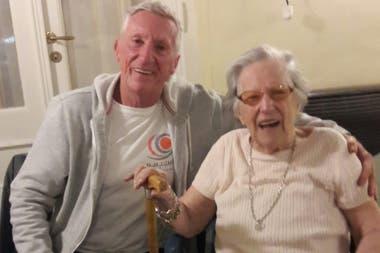 Pedro Serra junto a su mamá, en tiempos previos al distanciamiento social