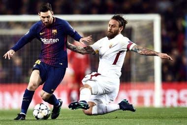 """Bravura en la cancha y admiración afuera: """"Es increíble lo que hace Messi y la poesía que le pone, no es solamente uno que marca goles, da asistencias y gana títulos. Y hace años que es el mejor del mundo"""", analiza De Rossi"""