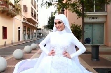 La novia sonríe a la cámara segundos antes de que la explosión producida en la zona del puerto sacuda a toda la ciudad de Beirut