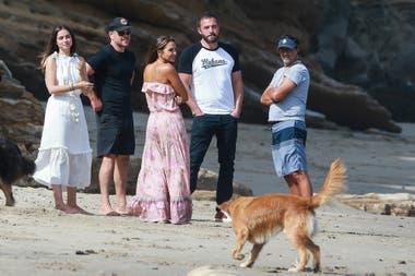 Ben Affleck y su novia, Ana de Armas, junto a Matt Damon y su esposa, Luciana Barroso, disfrutando del mar