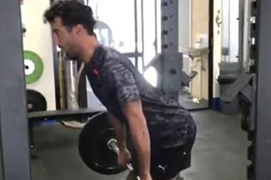 Daniel Ricciardo, en plena labor con las pesas en el gimnasio