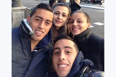 Los hermanos Rogelio y Ramiro Funes Mori adelante y las hermanas Jorgelina y Rocío Díaz, detrás. Todo queda en familia