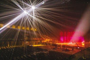 Solo músicos y técnicos en pleno show de Miranda!, en el Movistar Arena; el público, ausente