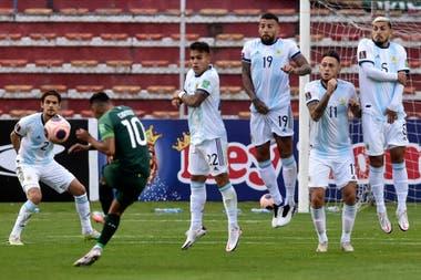 Ejecuta Rudy Cardozo y se desarma la barrera argentina (Lautaro Martínez, Nicolás Otamendi, Lucas Ocampos y Leandro Paredes); en la altura, la pelota se eleva fácilmente.
