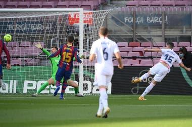 El uruguayo Federico Valverde define de derecha y anota el primer gol de Real Madrid en el clásico español ante Barcelona.