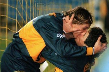 El beso con su amigo Caniggia, en un clásico que Boca le ganó a River en la Bombonera 4-1, en 1996