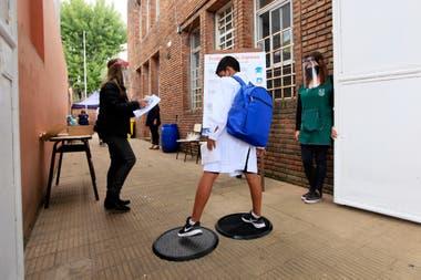La Escuela Municipal Malvinas Argentinas, en San Isidro, reabrió sus puertas. Hoy asistieron los alumnos de sexto año del primario y el secundario