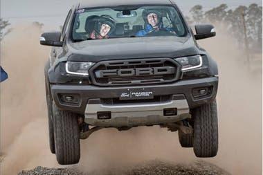 El año pasado Juana Viale probó el modelo Ranger Raptor nunto al piloto de Rally Federico Vergara