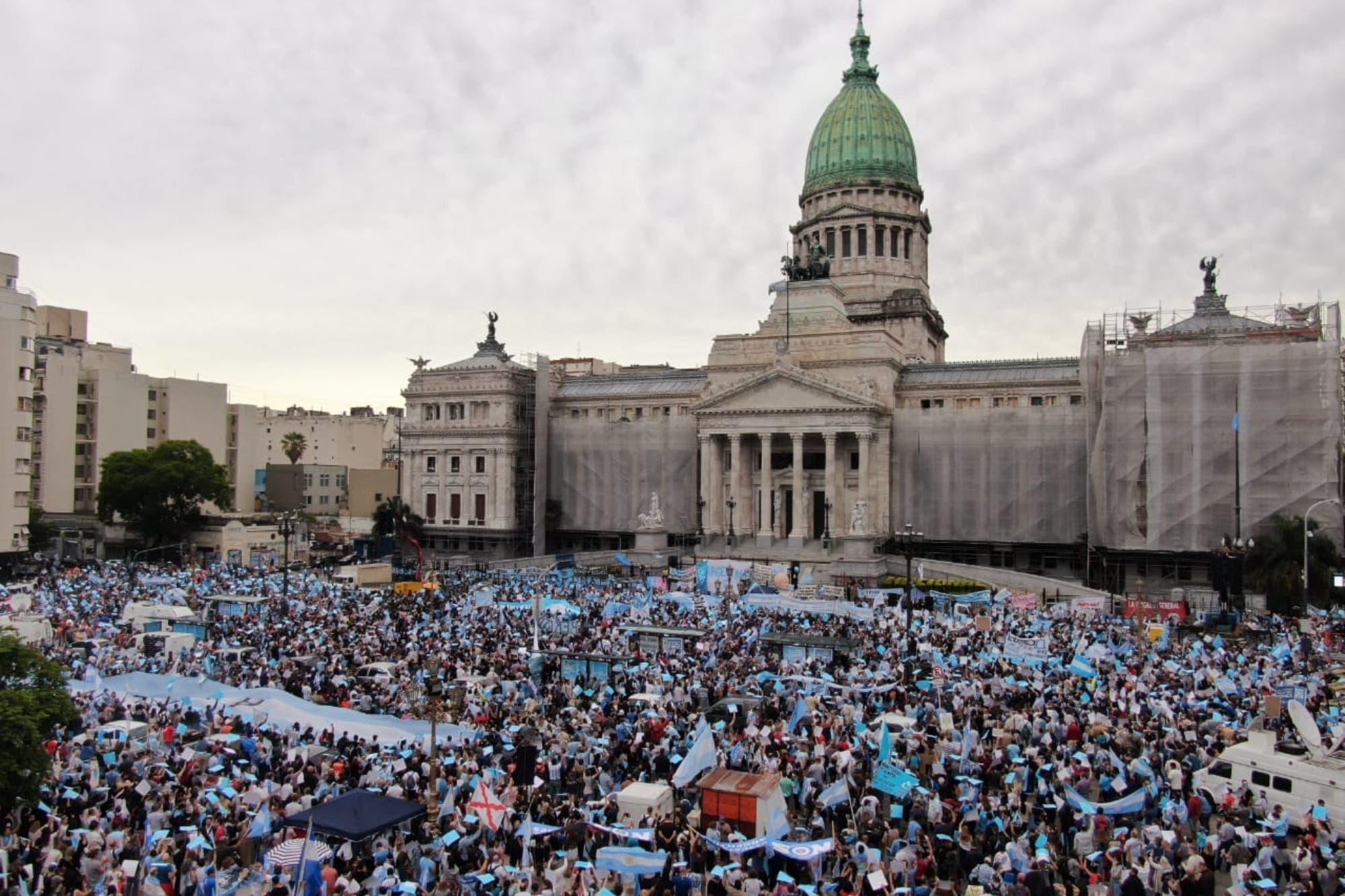 Miles de manifestantes que rechazan el aborto se concentraron en el Congreso