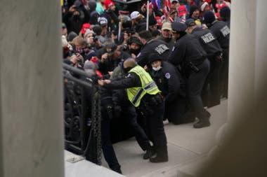 Choques con la policía en las puertas del Capitolio de EE.UU.