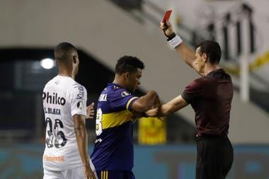 Con Boca perdiendo 3-0, Fabra se descontroló y le dio un pisotón a Marinho; el árbitro colombiano Wilmar Roldán le muestra la tarjeta roja