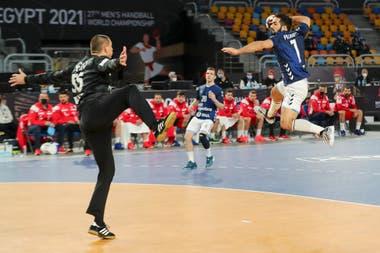 Ignacio Pizarro define ante el arquero croata Marin Sego en el inicio brillante de Los Gladiadores ante la selección de Croacia en el Mundial de Handball de Egipto.