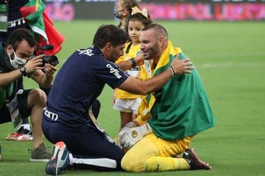 El técnico del Palmeiras, Abel Ferreira, se une al festejo del arquero Weverton.