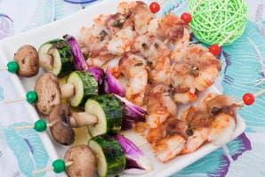 Brochettes  de langostinos y verduras