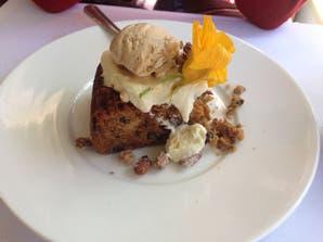 Carrot cake con crema de mascarpone al limón y helado de canela
