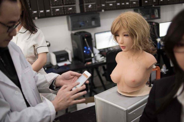 Las muñecas robots cuentan con un sistema de control por voz similar a Siri, se controla desde un smartphone y puede controlar dispositivos conectados a Internet