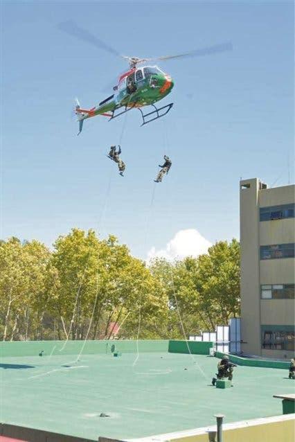 Un grupo táctico helitransportado realizó un ejercicio en el Edificio Centinela