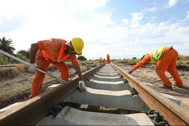 Hoy el ferrocarril transporta el 4% de la carga en el país; buscan que llegue al 15%