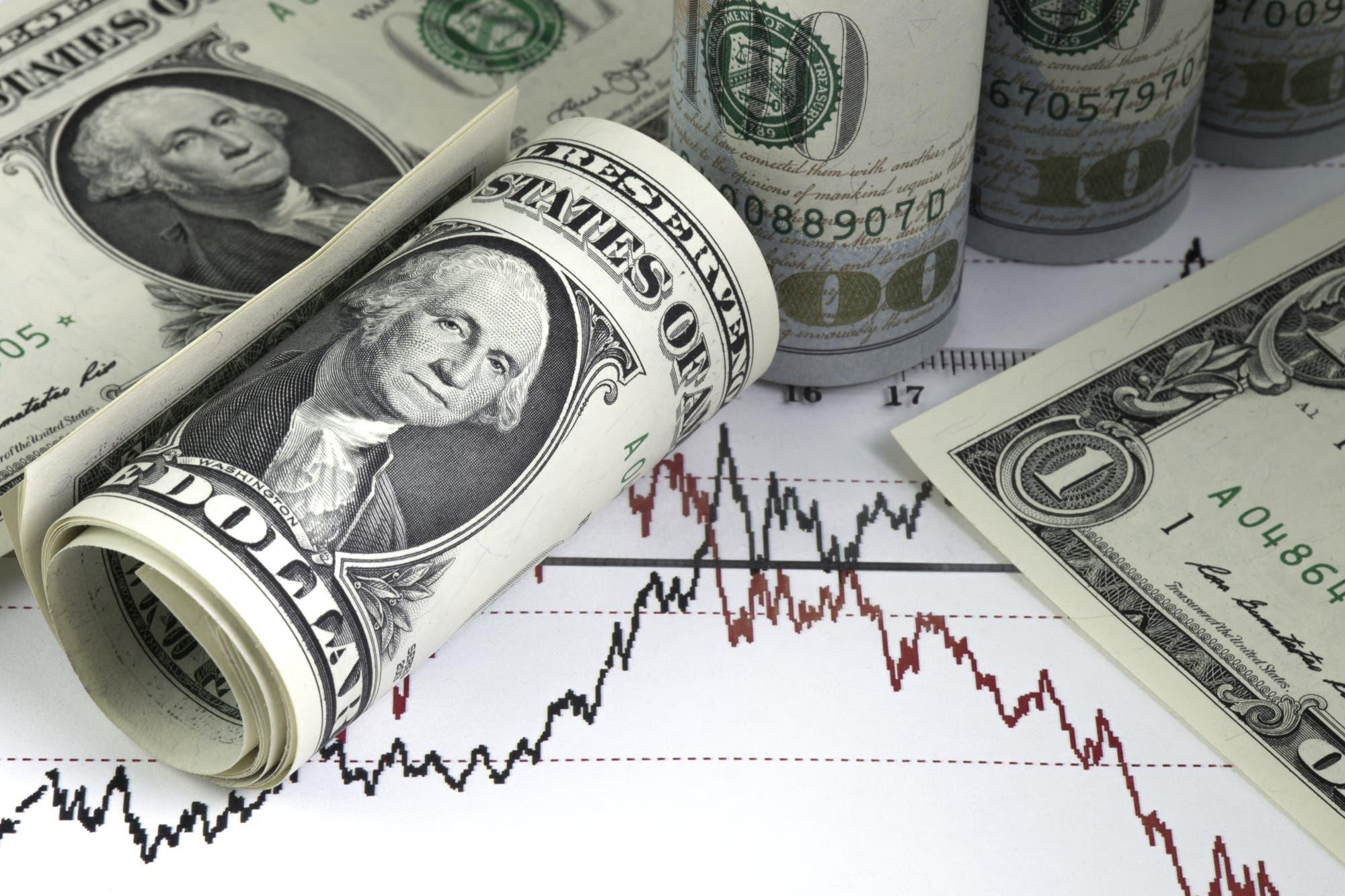 Luego de tres jornadas a la baja, el dólar abre en alza en el comienzo de la semana