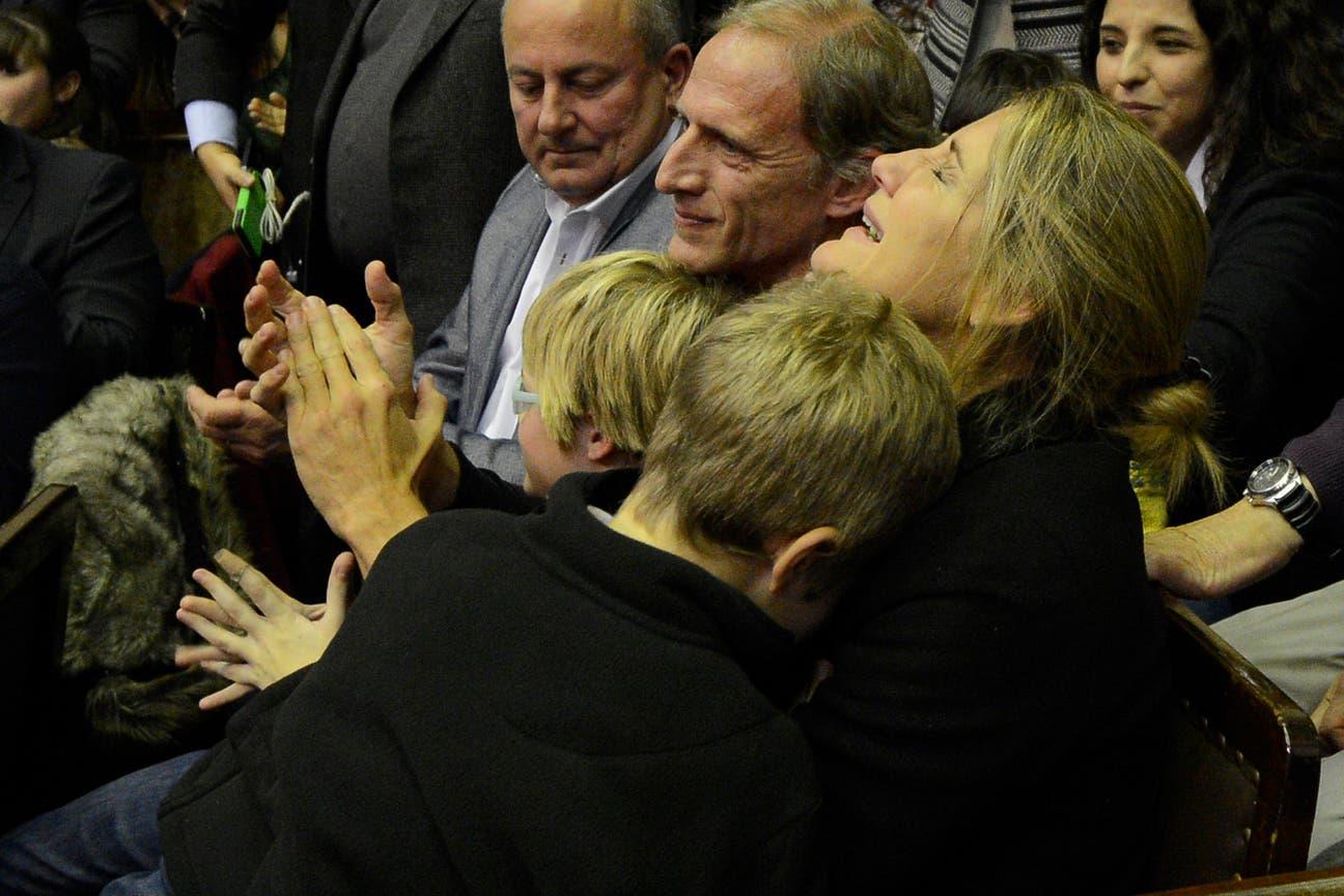 La madre de Justina, muy emocionada en el momento de la votación en Diputados