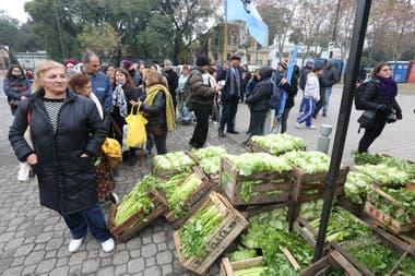 En la protesta entregaron miles de kilos de diversas verduras