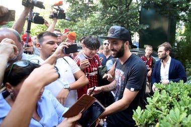 La calurosa bienvenida para Higuaín a Milan, su tercer club en Italia