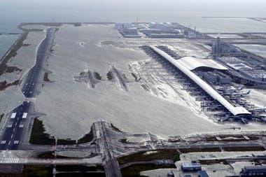 El aeropuerto de Kansai inundado