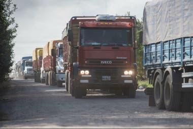 Alertan por restricciones para la carga de combustible en los camiones que deben llevar la cosecha a los puertos de Rosario