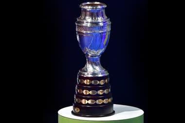 El trofeo de la Copa América, que en 2021 se pondrá en disputa mediante un torneo organizado en forma conjunta por dos países, la Argentina y Colombia.