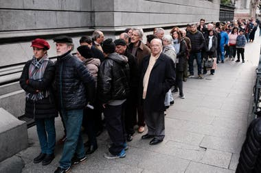 El público en la espera para entrar al velatorio de Fernando de la Rúa