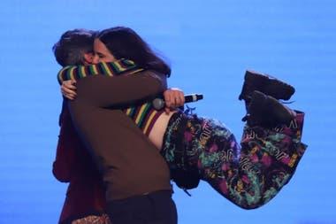 El abrazo triunfal entre Ofelia Fernández y Matías Lammens