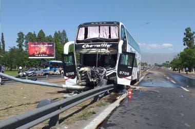 La semana pasada un ómnibus de la empresa Chevallier se cruzó de carril y terminó contra un poste; no hubo muertos