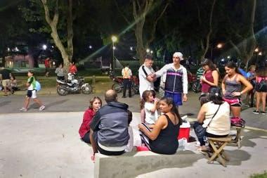 Las familias se congregan en el Parque Sarmiento, que rodea el club Banda Norte
