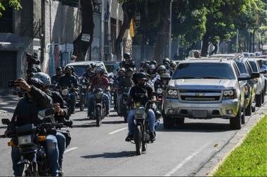 Una caravana con dirigentes opositores, camino al Parlamento venezolano